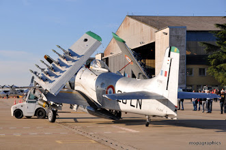 """Photo: Profiton du calme matinal et de la mise en place des avions pour faire le tour du tarmac.  Remorquage d'un des deux Douglas """"Skyraider"""", le AD4-NA"""