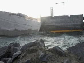 Photo: Caixão da FCC solto e batendo no píer em construção no T1 do Porto do Açu