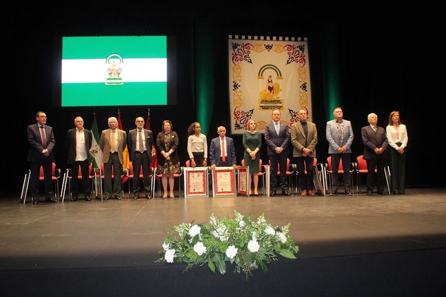 Los homenajeados junto a la alcaldesa.