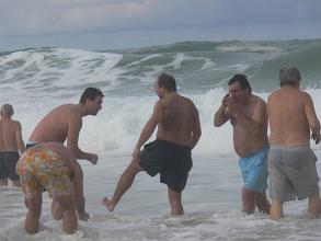 Photo: O frio incomoda mas não impede os jogadores de irem à água
