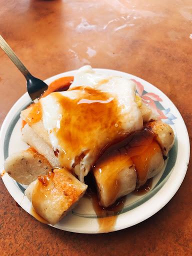 糯米腸是煎得脆脆的那種,菜頭粿很單純,就是菜頭