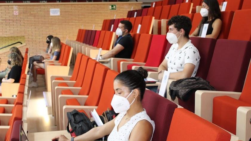 Alumnos participantes en el curso sobre agricultura, con mascarilla y distancia de seguridad para una formación 'free covid'.