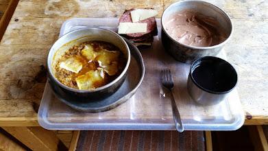 Kuva: Reippaan päivähiihtelyn jälkeen maistuu retkiruoka jälkiruuan kera.