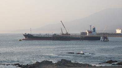 Photo: Muelle con barco en la refineria de la Southern