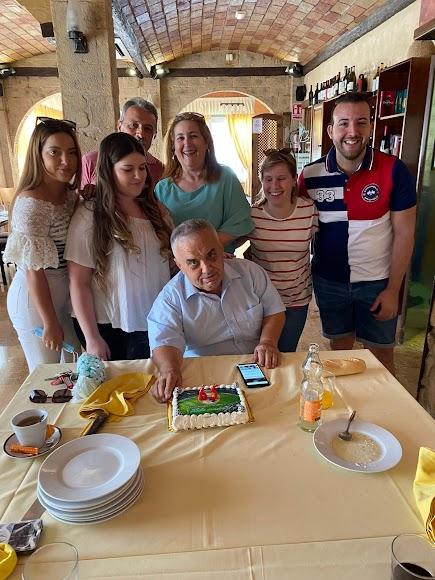 De cumpleaños con su familia.