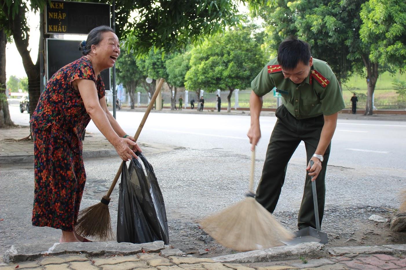 Người dân tham gia vệ sinh khối phố