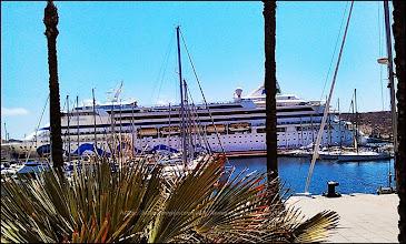 Photo: AIDA VITA - Allemagne et QUEEN VICTORIA (British) deux supers monuments en plein dans le port de CARTAGENA - impressionnants !
