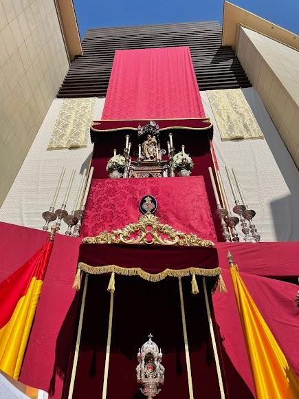 Parte del gran altar instalado por Pasión en la fachada de la Casa Sacerdotal.