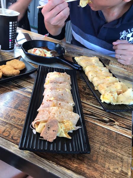 份量十足 招牌薯泥起司蛋餅值得一試 朝聖人很多,但早餐翻桌率很快
