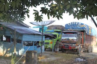 Photo: Sunkvežimių vairuotojai prie užkandinės, daugiausiai vežantys palmių aliejui skirtas medžiagas.  Truck drivers mostly transporting stuff for the palm oil.