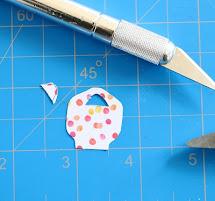 Dùng dao rọc giấy cắt và rọc các lỗ bên trong theo hình mẫu chìa khóa.