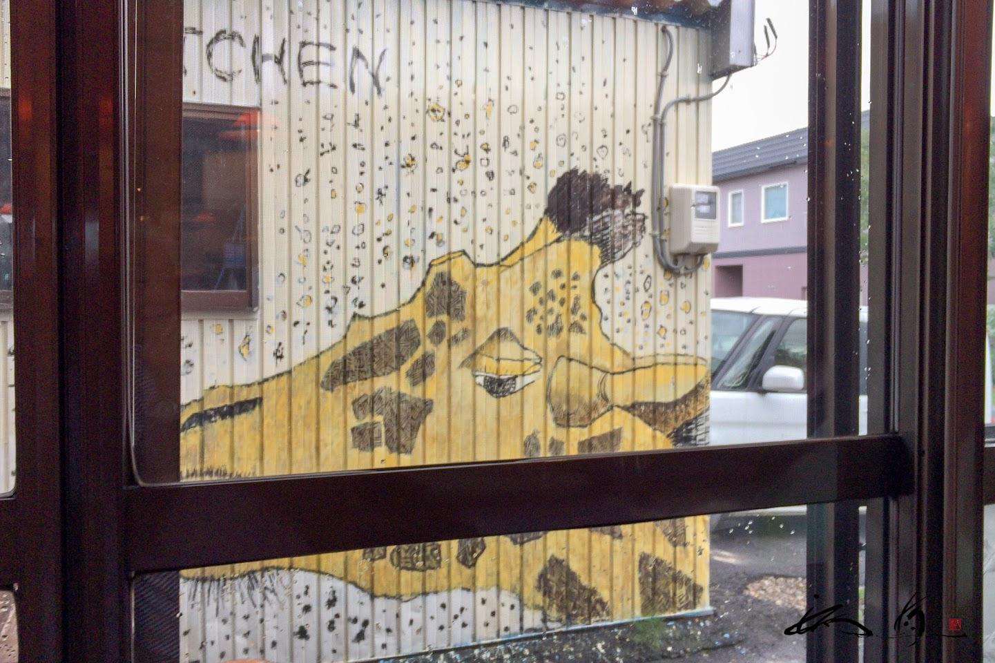 カレージの壁に描かれたキリンさん