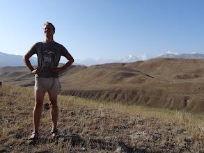 Photo: Ráno si vychutnáváme pohled na horský masiv Pamíru. Ten je bohužel v době naší návštěvy zavřený kvůli nepokojům, proto jsme nuceni zvolit náhradní trasu.
