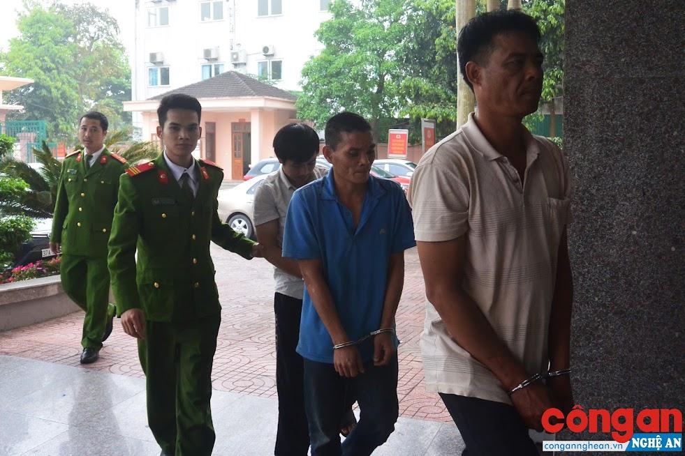 Lực lượng Công an dẫn giải các đối tượng truy nã bị bắt trong đợt này