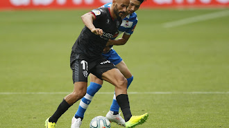 Mikel Rico proteja la pelota presionado por Gaku.