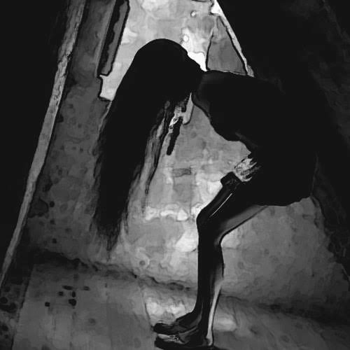 Mujer en habitación oscura