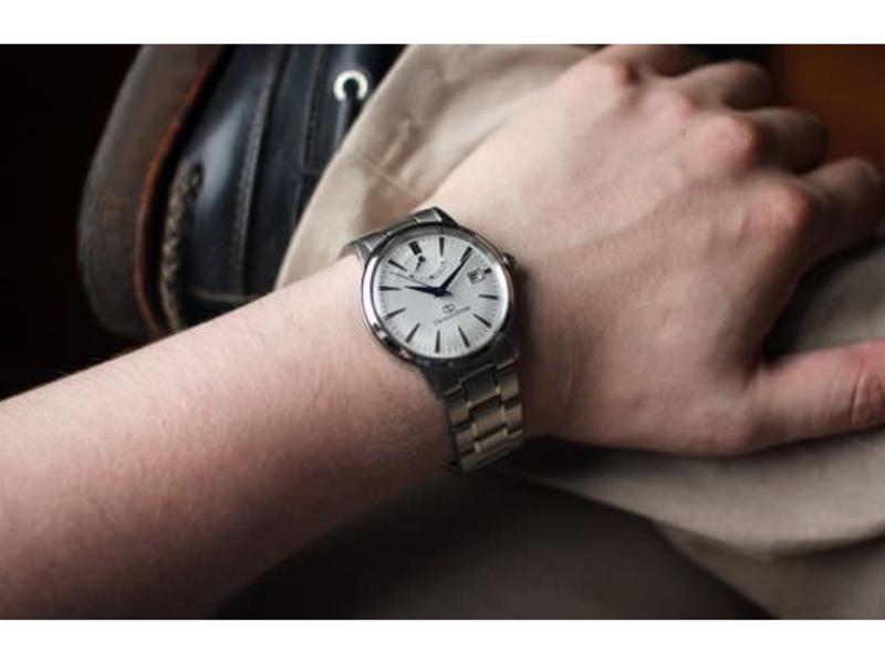 Nam tính, mạnh mẽ, năng động là những từ chính xác nhất để miêu tả đồng hồ nam dây kim loại bạc