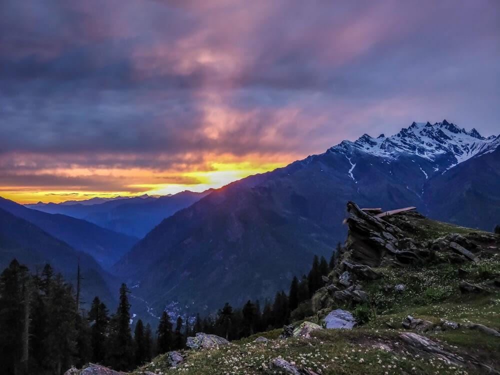 sunset+bhunbhuni+sosan+parvati+valley+himachal+pradesh+india