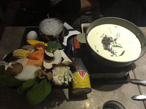 薰衣草牛奶鍋湯頭十分美味!牛奶沒有想像中的膩,會一口接一口的感覺,也沒有過多的加工食材,十分推薦!  還有蛋捲ㄧ定要點,超好吃的香菇還有濃濃的起司,搭配煙燻的馬鈴薯,幸福感滿點呦!