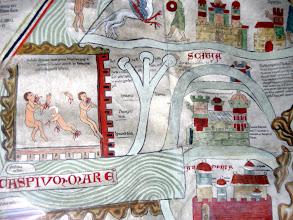 """Photo: Kaspisches Meer ('Caspium Mare'), darüber: """"Hier hat Alexander die beiden grausigen Völker Gog und Magog eingeschlossen, die der Antichrist im Gefolge haben wird. Sie essen Menschenfleisch und trinken Blut."""" Rechts davon: """"Hier haben die heiligen Väter in der Wüste um Christi willen viel erduldet."""" Daneben: """"Der Torridis vereinigt sich in den Skythischen Feldern aus drei verschiedenen Quellen zu einem Fluß"""" Unter SCITIA: """"Die Stadt Carrae, von den Parthern jenseits von Edissa (j. Ufa am Euphrat) gegründet."""" Unter ARMENIA: """"Meopolis (= Nicopolis), armenische Hauptstadt."""""""