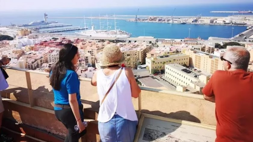 El crucero \'Wind Surf\' atracado en el puerto de Almería y visto desde La Alcazaba