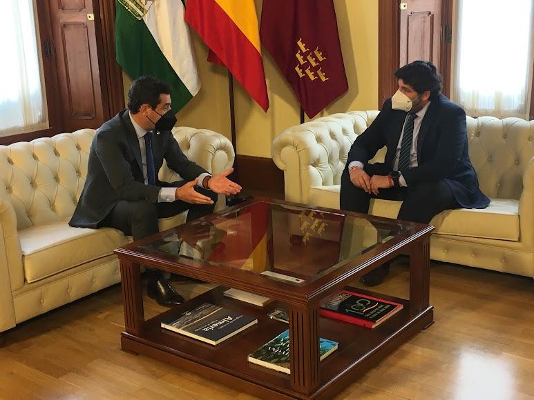 Encuentro en Almería entre los presidentes de la Junta de Andalucía y de la Región de Murcia.