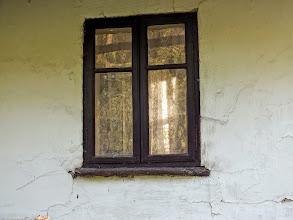 Photo: Nižní Lhoty. Paprsky ranního sluníčka v zácloně dřevěnky.