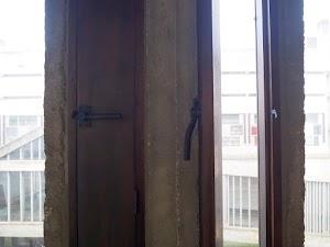 Ostatni dzień w La Tourette - obrotowe klamki w uchylnych ściankach na korytarzu