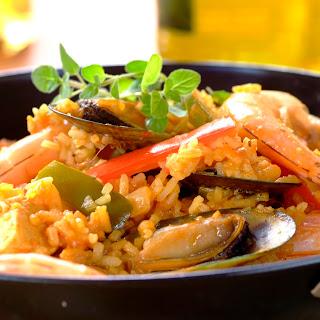 Paella mit Schweinefleisch, Muscheln und Garnelen