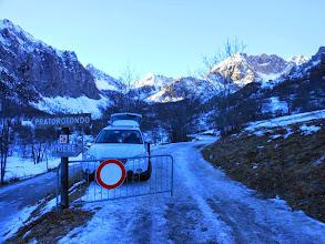 Photo: La strada è una autentica lastra di ghiaccio,per precauzione qualcuno calza gia le ciaspole.