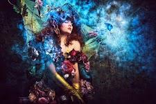 vrouw in blauw licht