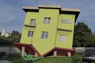 Photo: huis op z'n kop