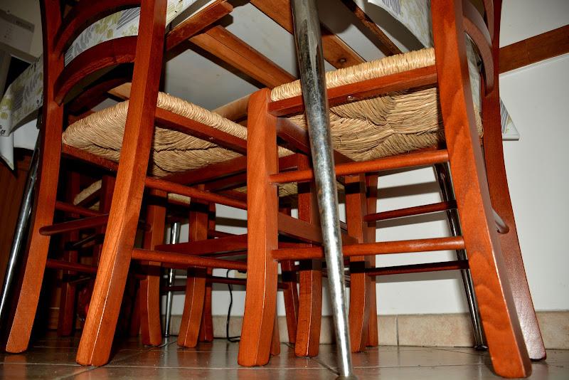 Sotto al tavolo di MORENO ANTOGNOLI