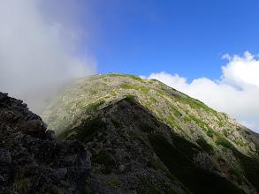鞍部付近から中岳を見上げる
