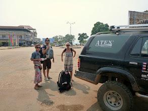 Photo: Kousek za laosko-kambodžskou hranicí se loučíme s Davidem a Fridou, kteří nám v autě na chvíli dělali společnost. Necháváme je ve Stung Trengu, odkud pokračují do hlavního města - Phnom Penhu.