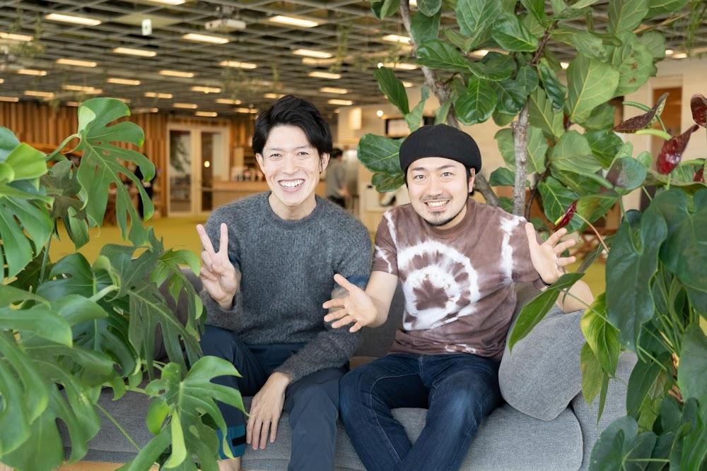 仲良く写真をとる中村氏と塩田