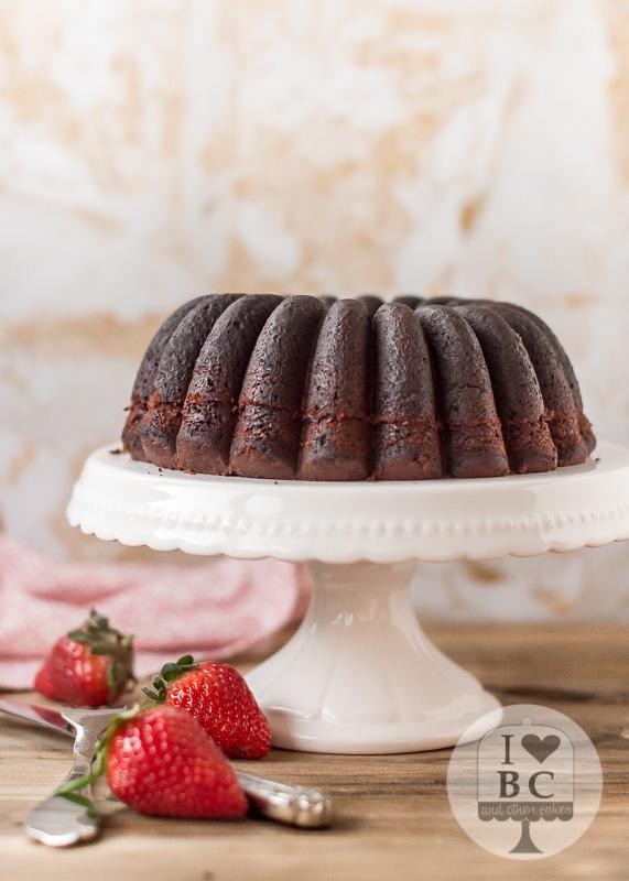 Bundt Cake de chocolate relleno de fresas y crema de cacao