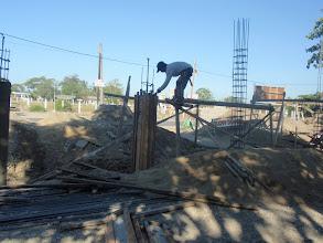 Photo: Mamburaon koulun aidan rakennus käynnissä huhtikuusa 2013