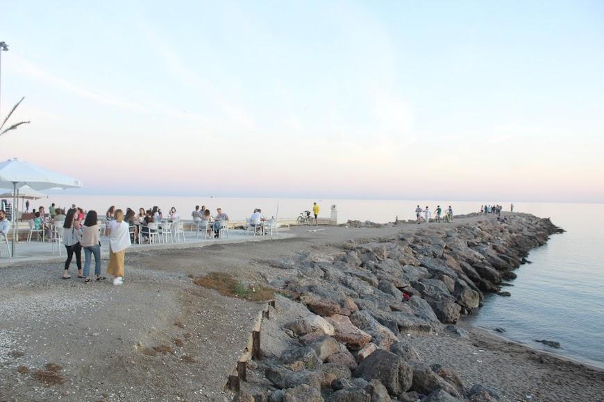 Almerienses en el espigón de la Playa de San Miguel.