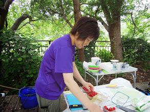 Photo: それでは、エイドの準備、プチトマトを準備中のアやっち