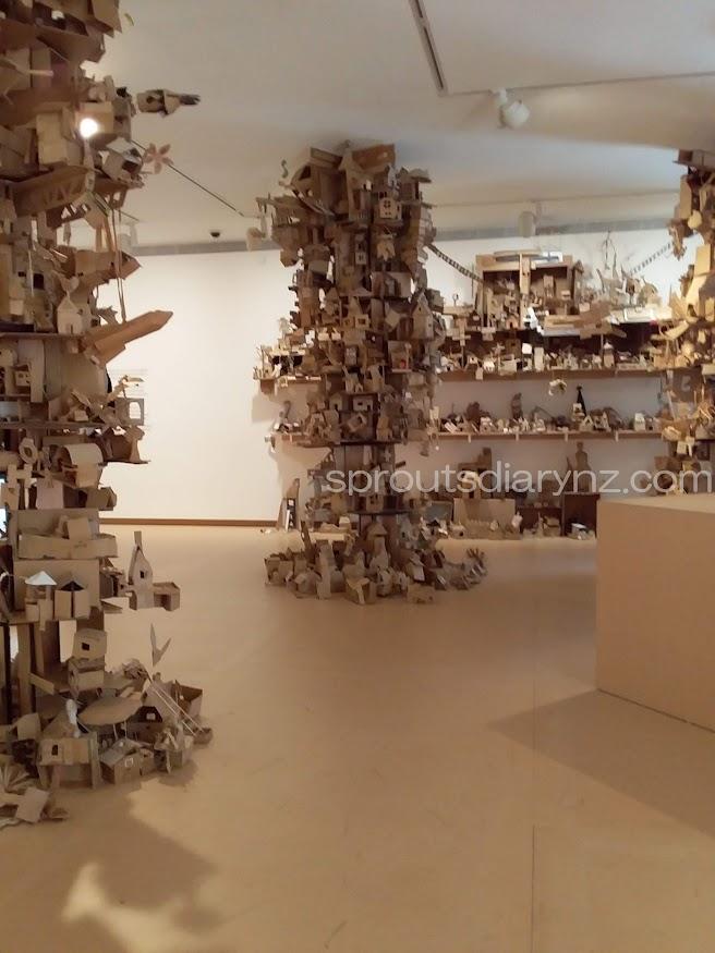 所狭しと展示されている子供たちの作品。