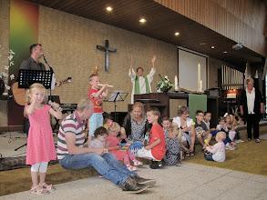 Photo: De kinderen speelden op hun instrumenten; de gemeente deed mee met de gebarentaal