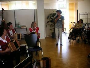 Photo: Wir werden begrüsst durch Frau Vreni Müller vom APH Madle