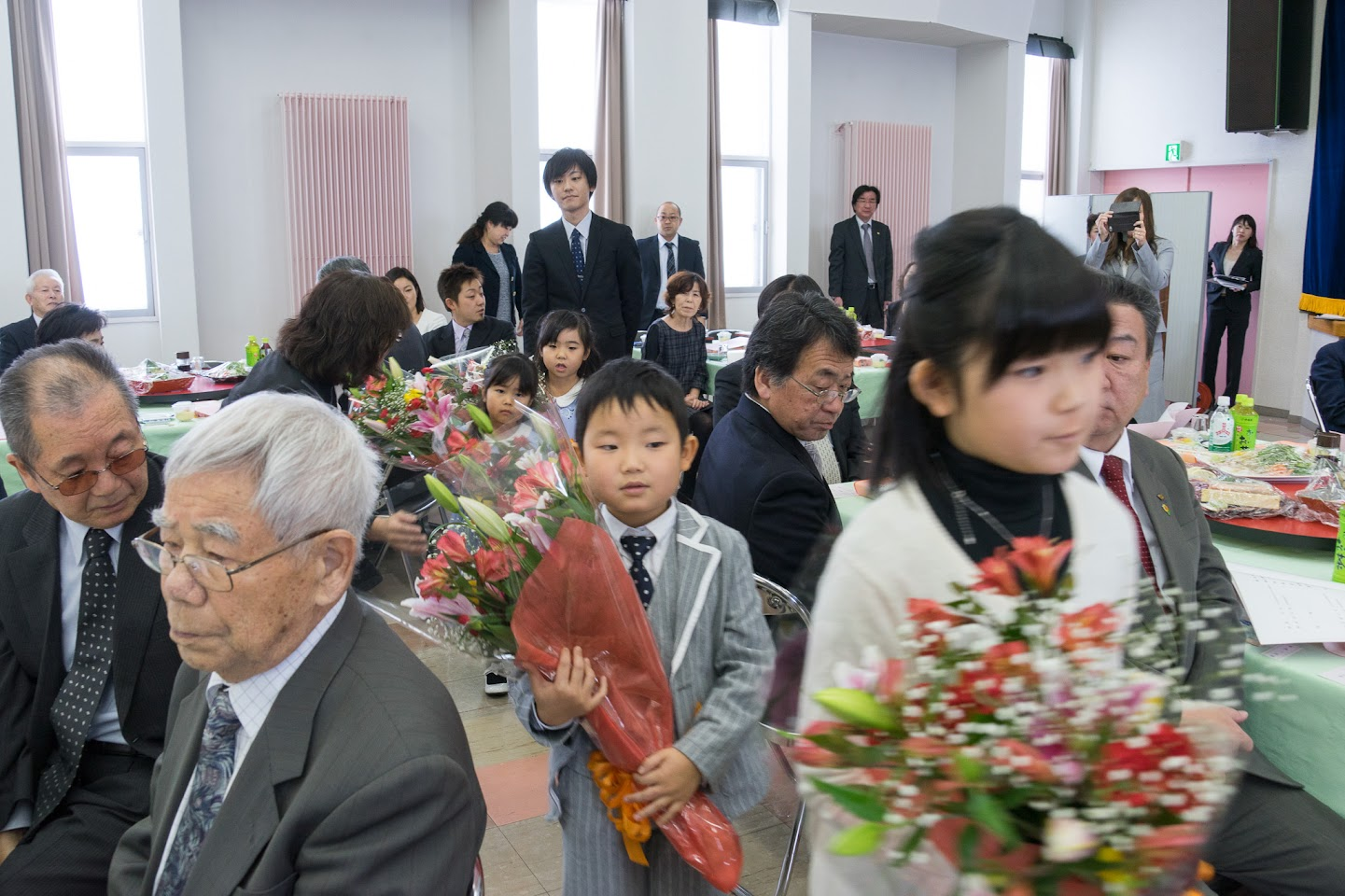 ひ孫さん達からのお祝いの花束贈呈