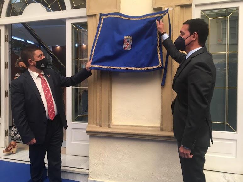 El presidente de la Diputación descubre una placa conmemorativa.