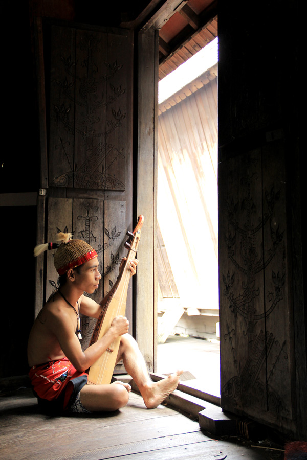 DAYAK TRIBE, CENTRAL BORNEO by Ismail Ahmad - People Portraits of Men