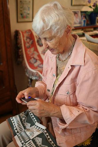 아이폰을 사용하는 할머니