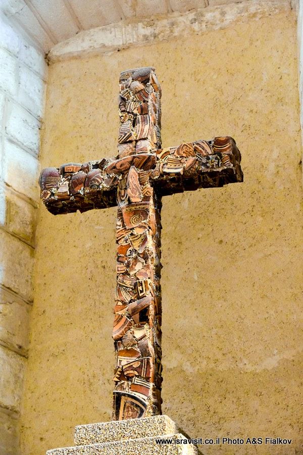 Католическая церковь Венчания в Кане Галилейской. Интерьер. Крест выполненный из осколков керамики. Экскурсия в Израиле.