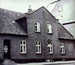 Photo: Harald Kiddes barndomshjem,  amtsvejinspektørboligen på Sønderbrogade 35 i Vejle,  hvor familien flyttede til efter salget af Kiddegård.  Fotoet er taget efter en ombygning i 1920erne, hvor familien ikke længere boede i huset.  Før ombygningen var facaden overgroet med vedbend.