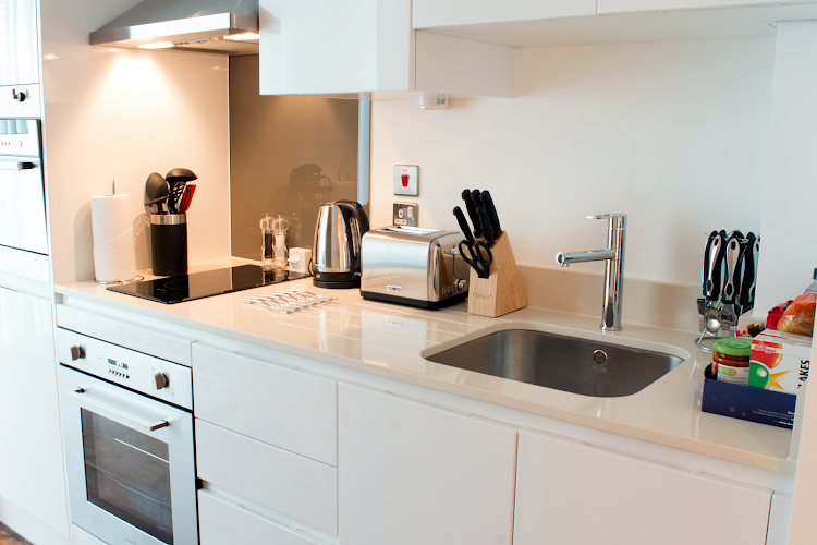 Fully equipped kitchen at Lincoln Plaza Canary Wharf